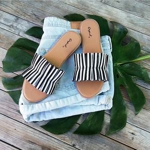 🆕//The Betty// White and Black  ruffle Sandal